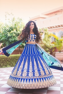 We all love twirls and swirls but this one brings out all the beautiful details marvelously!  Picture credits : Avnish dhoundiyal  #bride #indianbride #sparkle #weddings #weddingaccessories #bridaljewellery #bridesdiaries #indianweddings #beautifulbride #instalike #instagood #instabride #ropobride #ropolove #bluelehenga #bridallehenga #bridaltwirl #blue #avnish dhoundiyal
