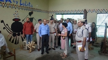 REZA changing lives..  Lalita in rohtak jail...   Showing around officials..  The wall painting  &  weaving done by prisoners for us..    #reza, #lalita_amit #jail #changinglives #organic #textile #natural #prisoner  #rezachanginglives