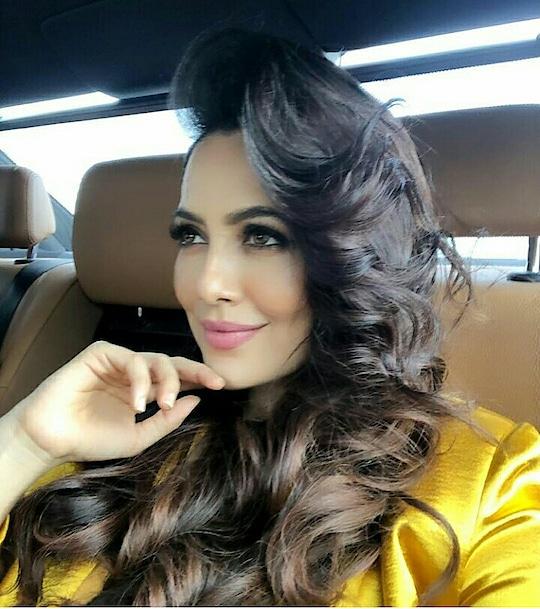 Perk up your mane like #sanakhan #hairdo #hairstylist #hairstylesforlonghair #tashiarafashionblogger
