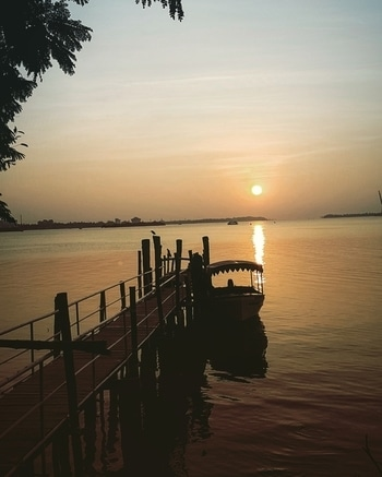 Seems like painting #kochi  #ernakulam  #kerala  #godsowncountry #sunset  #marindrivekochi #marindrive #boat  #nature  #naturephotography  #mothernature  #path  #hope  #naturesbeauty  #sky  #s7edgephotography #sea  #ocean  #arabiansea  #willingtonisland #sightseeing  #pleasentevening #reflection  #instapic  #south_india  #india   #keraladairies  #travellerslife