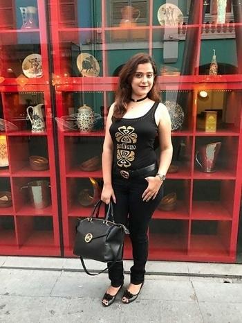 ❤#roposo #styling #lifestyleblogger #fashionblogger #fashionista #makeuplove #roposo-makeupandfashiondiaries #ropo-love #ropo-style #chokertrend #chokerlove #fashion #beauty #love #black #trendy #keepsmiling #guccilover #guccibelt #guccishades #mkbag #michaelkorsbag #brandlove #loveforbrands #happy_me