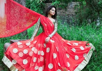 shoot goals. #shoot #roposohyderabad #timesofindia #timeshyderabad #fashion #lahengas #orangee #sparkle #nature #makeuplove #smokyeyes