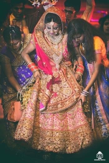 Am I the  only  obsessed bride in awe  with Her bridal wear 😄😄#weddinglehenga #weddingsutra #shaadisaga #wedmegood #lehengacholi #kundanjewellery #bridaljewellery #chandnichowk #delhiwedding #soroposo #roposobride #bridalwear