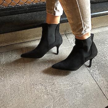 Chelsea boots are a traveller's best friends  . . .  #INTOTOs #globaltrends #fashionforall #trending #shoelove #dailyfashion #designershoes #shoefie #womenswear #musthave #daylook #shoesaddict #newcollection #brandshop #blackheels #stilettos #weekendfashion #everyday #collegewear #black #kittenheels #stylefile #elegant #newshoes #minimal #shortheels #whatshot #pointedtoeheels