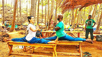 Goan Adventures - how yogis start their mornings 😀🙌 . . . . . . #yoga #splits #yogaeverywhere #goachilling #goabeach #travel-diaries #yogainspiration #yogalife #yogaeverydamnday