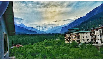 Real House Amidst the Mountains Alert.  Would you spend your life at these cozy yet beautiful homes for life? I would not.  This ain't my vibe. . . . . . . . . . . . . . . . . . . . . . . . . . . . #indianbloggers #indianbloggersnetwork #indianbloggerscommunity #indianbloggergirl #puneblogger #punebloggers #punetravelblogger #indiantravelblogger #punetravel #punetravelblog #indiantraveller #indiantravel #jamshedpurblogger #theculturegully #indianculturalhub #kullu #kulluvalley #travelbloggerlife #travellusting  #plixxoinsider #plixxo #plixxoinfluencer #incredibleindia #indiantourism #jamshedpur #travellife