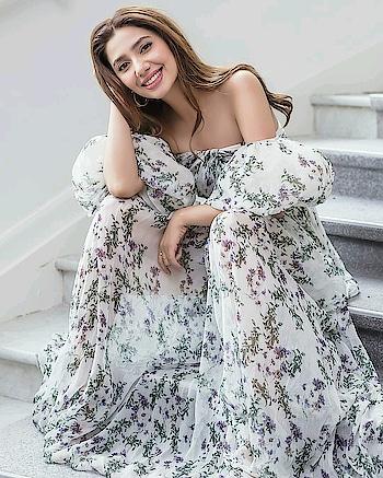 #amazonindiafashionweek #amazingdresses #amazing r #love_uhhh  #respect_girls #takerespectwomen #cool #wowww #wow #fashionquotient #filmistaan #trendingfashion #trendyindian