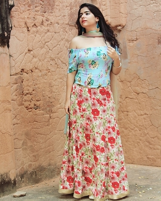 This dazzling diwali look with florals wishing you people a very happy and prosperous Diwali🤗 . . . #stylebloggerindia  #fashion #indian #ethnic-wear #festivelook #diwalilook