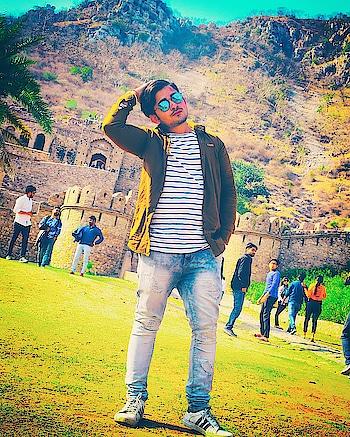 Posing time #shooting #shootlife  #actorslife #rishabhtiwari #modeling #modelinglife  Pic credit goes to @saniltiwari  , @manojsharma0786  #thesuperstarentertainmentproduction