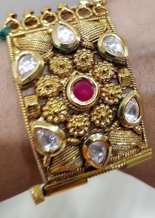 Beautiful bracelet with screw