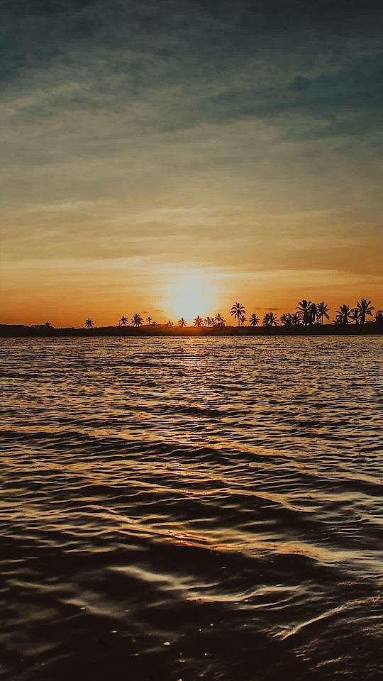 sunset.. #shine #sun #sunshine #sunday #sunset #sunset_pics #photography #photographs #dslr #dslrphotography #dslrofficial #dslr_click #dslr_click #bestprice #bestpic #wonderfull #nice #water #sea #ocean #blue #nature #natural