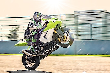 start your day with a wheelie  #superbikes #sportsbike #wheelie #bic #racingvibes #race #trackdays #sportslover #superbpic