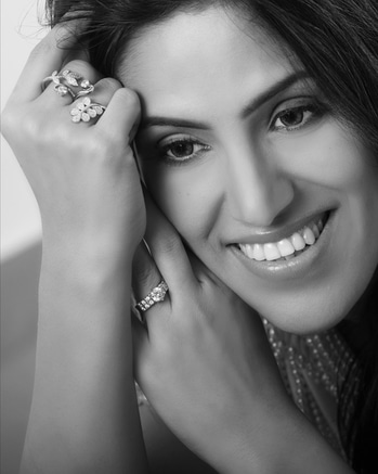 Sometimes small and sophisticated jewelery just does the trick ☺  #jewel-toned #diamondjewellery #sophisticated #black-and-white #mrsindia #mrsearth #priyankakhuranagoyal