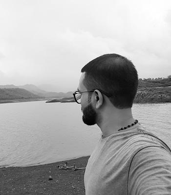 #photo #photoshootdiaries #photooftheday #likeforlikealways #selflove #beardsquad #bearded-men #beard #specs #mustache #backpose #backposing
