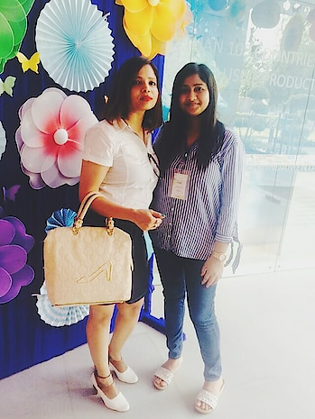 thanks for this gorgeous handbag  @highvalleyfashion check their insta handle...With my new n cute friend   #fashionblogger #highvalley #ropo-girl #handbags #bagshop #handbagset #great #fashionistagrammer