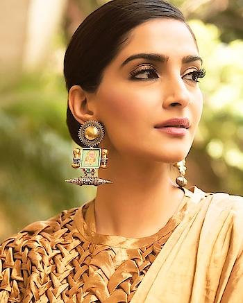 Sonam Kapoor a true fashion icon 😍  #sonamkapoor #sonamkapoorahuja #makeupgoals #earrings #eyemakeuplook #makeupinspiration #bollywoodgossip #letuspublish #fashionandbeautyblogger #styleinspiration