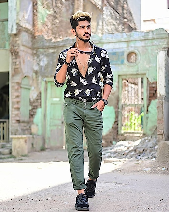 Into SUMMER STREETS ! . . Outfit from - @kollars.2018 . . Shot by - @thedaydreamstudio . . Hair - @hairfactorysurat . . #TSDFAM  #summercasual  #summerstyle  #menscasual  #menswear #casual #summer #black #olive #floralshirt #blackfloral #style #fashion #influencer  #fashioninfluencer  #trend #menstrend #menwithstreetstyle  #haircolour #paleyellow #suratinfluencer  #suratfashion #indianblogger  #indianfashionblogger #indianinfluencer  #indianfashioninfluencer