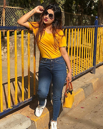 """Keep your face to the sun and you will never see the shadows."" .. . . .#yellow #sunshine#sunnyday #outfitoftheday#stylefreak #fashionista #classy #stylishgirl #fitnessgirl ❤️⛄️"