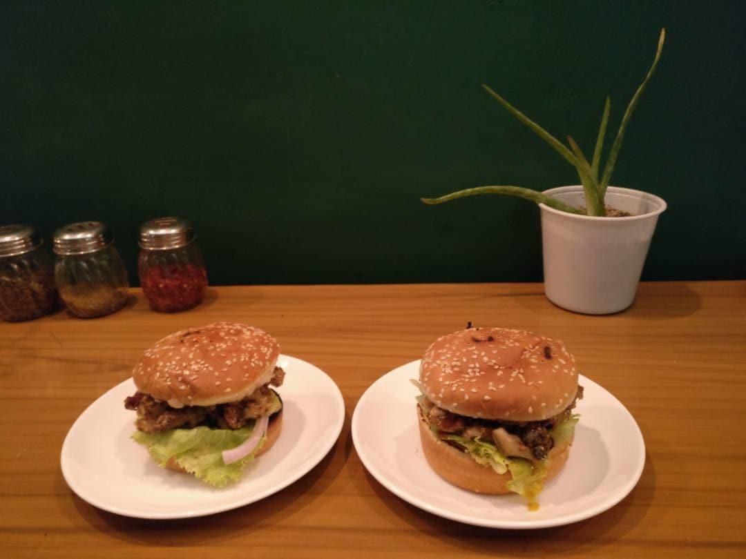 Delicious Pulled pork burger! #food #foodieforlife #foodporn #burgerlove #foodjunkie #porkburger #yumyum