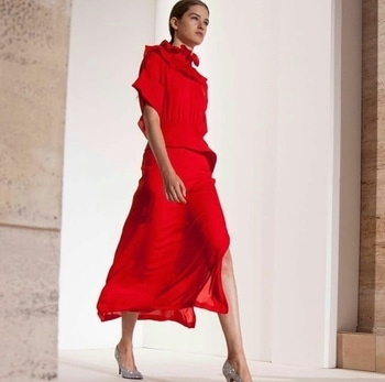 """Victoria Beckham showcased her tailored looks in soft pastels, fluid shapes and ruffles. She believes """"Delicacy can be Strong"""" and it was well portrayed in her collection.   #nyfw2018 #victoriabeckham #fashionweek #internationalfashion #newyork"""