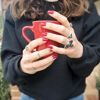 A delicious #greentea to boost your #daily #routine #rings #ringset #bohorings #bohemianjewelry #ringsaddict #goodmorning #tuesdaymotivation #tuesdayvibes #youngandforever #crazeemania