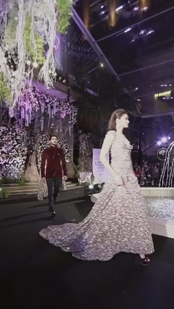 India's very first virtual reality fashion show by Manish Malhotra.. Isn't it cool. When tech combines with fashion, magic happens. #fashionshow #virtualreality #manishmalhotra #lakmefashionweek