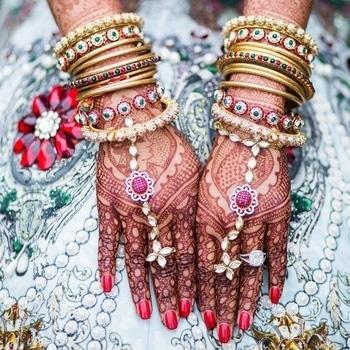 #BridalAccessories    Multi-hued bangles attached with the wonderful hath phool, accentuating her spectacular mehndi art!  Image Credit: salwaphotography  #WedLista #FashionForWeddings #bangleslove #bridalwear #loveforjewellery #weddinginspiration #wedding-bride #ropo-love