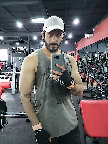 who loves to hustle for that muscle?? #selfie #selfienation #selfiepics #selfieholic #workout #workoutmotivation #fitness #fitnessmotivation #gym #gymselfie #gymlife #gymworkout #gymoholic #ronitdalvi #roposo #ropolover #ootd #beardie #bearded-men #thankyou