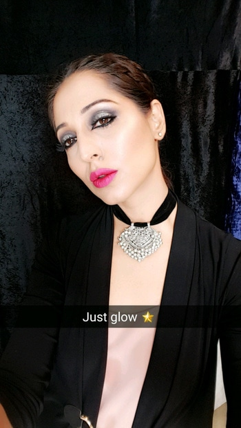 I glow coz I use the Blushing Hearts highlighter 😅😅( Price Rs 1050 )  On my lips LA Girl Metal liquid lipstick in Brilliant ( Price Rs 675) 💕💋Both in stock at the studio @makeuprevolutionindia  @lagirlindia  Chandni Singh Studio, E 16, Upper ground floor, Hauz Khas, New Delhi 110016 ☎01141666441 /42 www.chandnisingh.com 💁  Follow me on Snapchat- Chandni.singh 💁  #makeup #makeuplove #makeupartist #makeupaddict #makeupexpert #chandnisingh #smokeyeyes #lashes #bridalmakeupartist #dewyskin #dewymakeup #100wattskin #skinthatglows #chandnisinghstudio #educator #makeupguru #muadelhi #roposo #roposobeauty #roposobride #soroposo #