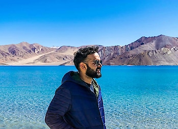 The magical Pangong Tso 🤩 . This was my first solo trip ever. I was a bit apprehensive but then, I wouldn't have spoken to so many strangers otherwise. Stepping out of your comfort zone is essential after all. Do you have any anecdotes or quick learnings from your trips? Tell me in a comment below! 👇😁 . . . #throwback #Leh #traversedlands #travel #wanderlust #travelblogger #traveldiaries #photography #delhibloggers #travelgoals #summer #photooftheday #love #incredibleindia #lake #travelcommunity #teampixel #pictureoftheday #lehladakh #mountains #travelgram #solotravel #blogger #instatravel #indianblogger #hills #flight #beautifuldestinations #beautiful #portrait