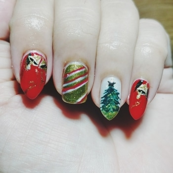 i love those bells when i first saw @robinmosisnail art. love d color combination. how i painted n came out nice design.💖💖💖💖#nails #nail-addict #nailartwow #nailart #christmastree #christmasnailart #christmasnails #red #green #golden #stripes #bells #christmasmani #nailartdesigns #nails2inspire #robinmoses #inspired #nailsofinstagram #nailartjunkie #nailswag #nailstagram