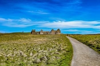 #walkimg #way #castel #oldcastel #orkney #weather #miod #holiday #building #old #grass #sky #blue #clear #clouds #beautiful #day #pretty #amzingtime #friends #longdrive #london #orkneyislands #freetown #path #footpath #2km #skarabrae
