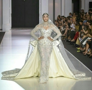 #DidYaSeeThat ? #SonamKapoor walking for #RalphAndRusso 's Autumn Winter 17/18 collection.  #bridal #gown 💥👗 #couture #PFW