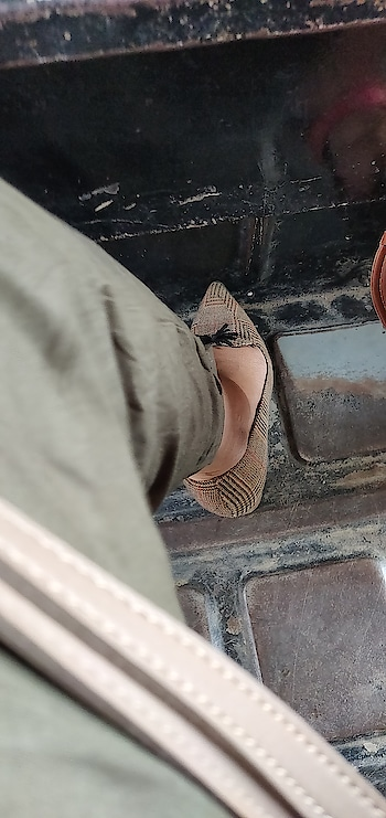 Stepping into the weekend like a Bawse .  #pumps  #checks  #allensolly #weekendvibes #saturday #heels #shoes #shoeaddict #loveforshoes #agirlslife #shopaholic #high-heels #soroposolove