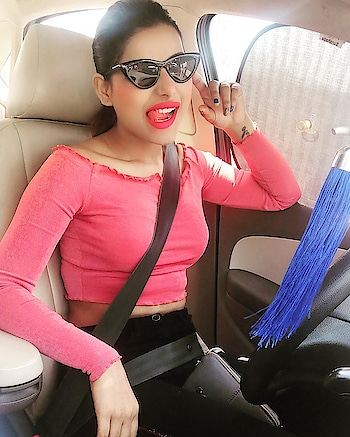 Happy for no reason Nd for all the reasons 😘⛄️😃 . . .top by :- #hm 👚 cat eye glasses by #hm 🕶 . . #mycutelook #anushkasrivastava #stillphotography #stuckintraffic #lovemyself 😘🥂💐