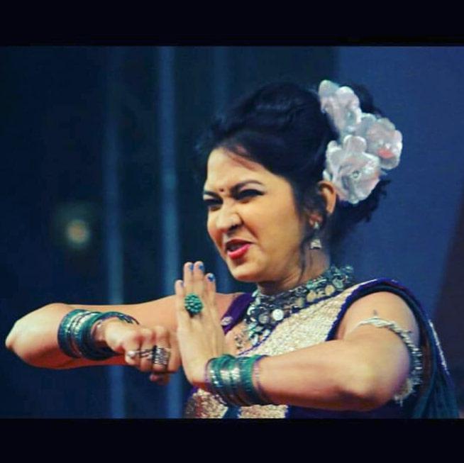 Yaha safar kaisa Bhi ho, Sabhi ko Rasta ek aasan chahiye. Yaha manzil kaisi Bhi ho, Logo ko toh bas ek pehechan chahiye. Koshish toh karte hai sab apne liye jeene ki, Par yaha jeene ke liye bhi, Ek mutthi aasman chahiye.... #pic #dance #performance #meerajoshi PC @vinayrj_photography