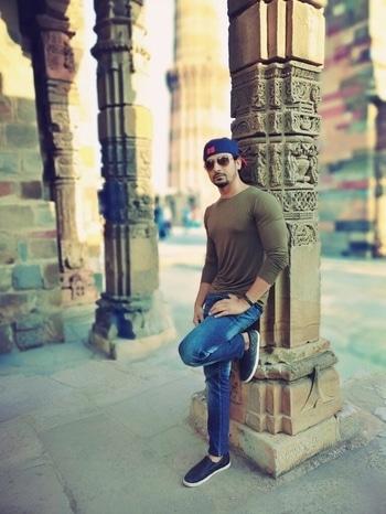 Qutub Minar#qutubminar#monumentsofindia#casuallook#cap#jeansandtee#roamingaround#loafers#ucb