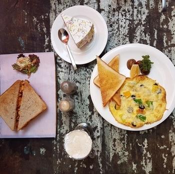 Breakfast at German Bakery Wunderbar.. Had the amazing Irish Creme, Spanish Omelette, Rainbow Cake and Chicken Sandwich. #flatlay #flatlayoftheday #breakfast #foodblogger #foodblog #foodlover #lifestyle #lifestyleblogger #indianblogger #indianblog #indianbloggercommunity #pune