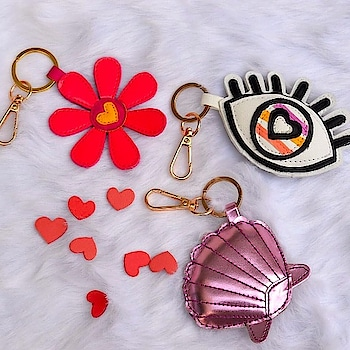 """Can you say """"She sells seashells by the seashore"""" five times fast? It's tricky! 😉 But buying these gorgeous keychain hangings are pretty easy.  TAG someone who can do that.  So order now at https://www.niche-one.com/collections/keychain/products/seashell-keychain  #keychain #hangings #flower #eye #shell #trending #fashion #lapelpins #style #buy #onlineshopping #fashionistas #accessories #pingame #picoftheday #bloggers #follow4follow #like4like #india #fashionblogger"""